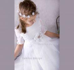 6accec1fd4 Wyjątkowo delikatna sukienka komunijna z piękną broszką i kwiatem w pasie  Kość Słoniowa