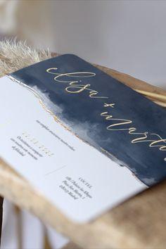 Invitación de boda Costa del Sol con colores azulados, inspirados por el mar y el detalle perfecto, los nombres con acabado Oro. #cottonbirdes #nuevacoleccion #invitacionesdeboda #boda #instawedding #blogboda #futurasnovias #instaboda #weddinginspiration #noscasamos #wedding #inspiracionbodas #novias2020 #boda2020 #novia2021 #boda2021 #costadelsol #acabadooro #invitacionespersonalizadas #papeleriadeboda Printable Cards, Printables, Costa, Invitations, Creativity, Wedding Stationery, Digital Invitations, Wedding Invitations, Names