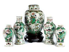 Höhe: je 21,5 cm, je 28 cm, 31,5 cm. China, Qing-Dynastie, Kangxi-Periode, 1662-1722. Garnitur aus fünf Famille Verte-Vasen, mit Blumen- und...