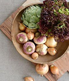Höstdukning. Låt grönsakerna göra höstbuketterna sällskap som bordsprydnader.