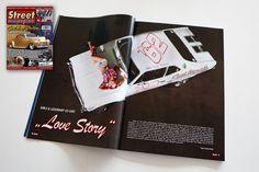 """""""LOVE STORY""""    Der GIRLS & LEGENDARY US-CARS 2015 KALENDER von Carlos Kella   Photography // SWAY Books im Street Magazine: Die Ausgabe Augst/Sept. Nr. 4/2014 zeigt auf einer Doppelseite einen kleinen Vorgeschmack auf den neuen Kalender. Unser Covergirl Anna und ihre Chevy Nova sind gleich auf mehreren der 52 Kalenderblätter zu sehen. Erscheinungstermin ist der 23.08.2014 Den Kalender kann man bei SWAY Books vorbestellen, bis zum 30.09. sogar portofrei…"""