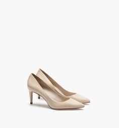 Zapatos salón charol nude de Massimo Dutti