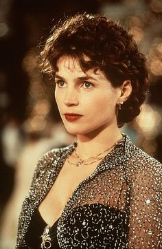 "- Julia Ormond en ""Sabrina (y sus amores)"". Julia Ormond, British Actresses, Hollywood Actresses, Actors & Actresses, Curly Hair Cuts, Curly Hair Styles, Brunette Actresses, Vintage Hair Combs, Film Aesthetic"