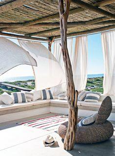 Découvrez nos 20 idées de déco de rêve pour aménager votre extérieur et en faire un endroit magique, simple et chaleureux, idéal pour y passer des instants privilégiés en famille, entre amis ou à deux. J'ai une préférence pour la cabane sur la plage... Tellement romantique !<br /> Jai toujours un gros faible pour le fauteuil AA de Airborne qui reste un grand classique du design, toujours aussi intemporel, idéal en intérieur et en extérieur. <br /> <br /> ...