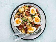 Sinappisella sitruunakastikkeella maustettu ruokaisa perunasalaatti kruunaa grilli-illan.
