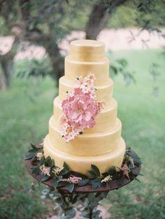 Gold 6 tiers wedding cake - Read more sodazzling.com   Pink and Gold Wedding - Photography : Joseba Sandoval Photography - romanceweddings.co.uk