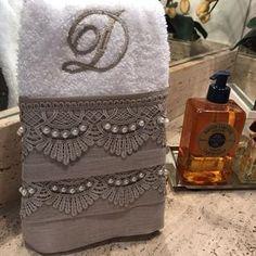 Este modelo é uma toalha de lavabo decorada em linho fendi, renda guipir bege, é um lindo bordado com inicial do nome. As toalhas são felpudas em algodão, com detalhes em viscose ou poliéster, macia e bem absorvente. OBS. valor referente à unidade.