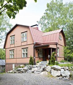 Mansardikattoinen talo on rakennettu vuonna 1927. Myös yläkerran huoneissa on komeasti korkeutta.