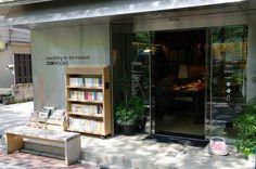 中目黒にある松浦弥太郎さんがオーナーを務めるブックストアです。世界中から集められたオールドブックスが中心の古書が並べられています。およそ2000冊もある店内では購入前にテーブルで本を広げてゆっくりみることができるので、自分だけのお気に入りをじっくり探せますよ。