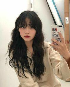 Black Hair Bangs, Short Hair With Bangs, Long Black Hair, Girl Short Hair, Short Curly Hair, Black Hair Fringe, Red Hair, Brown Hair, Messy Wavy Hair
