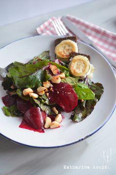 Salat mit Spinat Roter Bete und gegrilltem Ziegenkaese