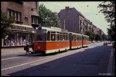 Ein aus heutiger Sicht schicker alter Trambahnzug war am 19.5.1990 auf der Linie 21 in der Seelenbinder Straße in Berlin - Köpenick unterwegs. Bei dem ersten Fahrzeug konnte ich die Nummer 217086-3 ablesen.