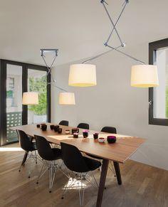Lampa wisząca ADAM 2S to żyrandol dedykowany nad stół lub blat roboczy. Dzięki ruchomym ramionom/wysięgnikom, lampę można dostosować do oświetlenia blatu. Abażury wykonane są z białej tkaniny.  W serii dostępne są: pojedynczy żyrandol, podwójny żyrandol oraz kinkiet. Wszystkie lampy z tej serii dostępne są z białymi lub czarnymi abażurami.