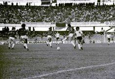 Atletiba - Neste Atletiba de 1978, a faixa lá ao fundo traz a saudação da TIA (Torcida Independente Atleticana) a Rinoldo Cunha, então narrador da Rádio Cultura.