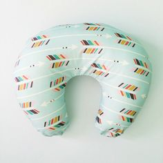 boppy slip cover: colorful arrows on mint // di iviebaby su Etsy