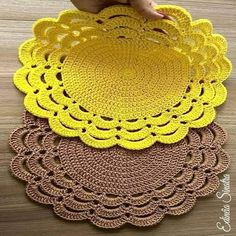 Crochet Placemat Patterns, Crochet Table Runner Pattern, Crochet Mandala Pattern, Crochet Dishcloths, Granny Square Crochet Pattern, Doily Patterns, Crochet Home, Diy Crochet, Crochet Crafts