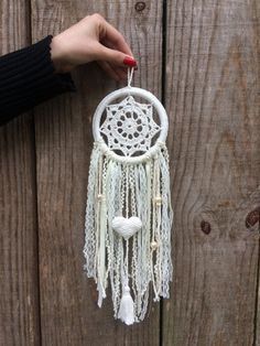 Dream Catcher White, Dream Catcher Boho, Diy Home Crafts, Yarn Crafts, Doily Dream Catchers, Doily Art, Crochet Dreamcatcher, Knitting Club, Small Canvas Art