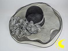 Pamela de ceremonia con tres capas de rafia alternando el color negro y marfil y un adorno con flores en tela transparente. Este es un complemento muy extremado con una ala de grandes dimensiones que dará a tu atuendo este toque de glamour y elegancia que hará que seas el centro de las miradas.  Composición: 100% ráfia, flores en tejido de polyester.  Medidas : ala con 15 cm y altura de la copa de 10 cm.  Talla:  tiene un dispositivo interno que permite adaptarse a todas las medidas de…