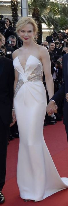 Nicole Kidman at the closing night of the festival in Cannes, wows visitors with her white, silky dress. How do you like it?