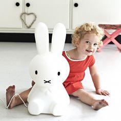 Kinderlampe im Tiermotiv eines Hasen, die sicher und energiesparend ist.