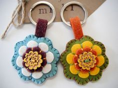 Artículos similares a Felt key chain-Great gift for teacher and friend and anybody by MikiStitch en Etsy Felted Wool Crafts, Felt Crafts, Fabric Crafts, Crafts To Make, Sewing Crafts, Felt Flowers, Fabric Flowers, Felt Keychain, Little Presents