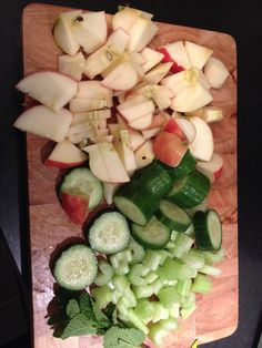 Slowjuice. Appel  - bleekselderij - komkommer - munt - beetje citroen