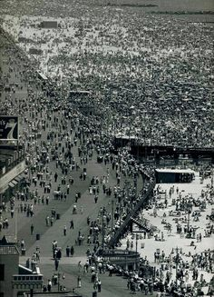 Andreas Feininger, A Very Busy Coney Island on July 4, 1949.
