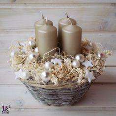 Vánoční svícen Anna Popis: Vánoční svícen v šedo-bílých odstínech.Proutěný košík zdobí svíčky cedrové růže, hvězdičky, skleněné baňky a sušina. Slouží pro dekorativní účely. Vhodný do interiéru. Rozměry: Průměr: cca 20 cm. Výška: cca 16 cm. UPOZORNĚNÍ: Barvy se mohou mírně lišit vzávislosti na nastavení monitoru Vašeho počítače.