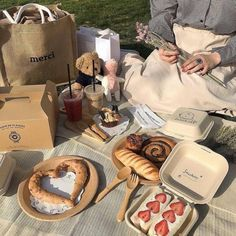 ooh go to the picnic with my best friend in a floral dress and eat some delicious food – i want to do it so. Comida Picnic, Picnic Date, Think Food, Tasty, Yummy Food, Le Diner, Cafe Food, Aesthetic Food, Beige Aesthetic