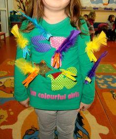Προσχολική Παρεούλα : Οι κοτούλες κακαρίζουν και χτυπούν δυνατά τα φτερά τους .. Είναι ντυμένες με πολύχρωμα φτερά στα ρούχα τους πιασμένα με μανταλάκια . Με τη μουσική αρχίζουν η μία να μαζεύει φτερά από την άλλη προσέχοντας όμως να μην χάσουν τα δικά τους .