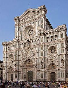 Florencia (Italia) La Catedral de Santa María del Fiore es notable por su cúpula con 100 metros de altura y 41 de diámetro interior. Construida en estilo gótico y del renacimiento italiano, fue diseñada en 1296 y puesta la primera piedra en ese año, su planta, en forma de cruz latina, consiste en tres anchas naves que morían ante la cúpula octogonal.