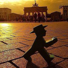 AMPELMANN in Berlin vor dem Brandenburger Tor - genießt den Sonnenuntergang!