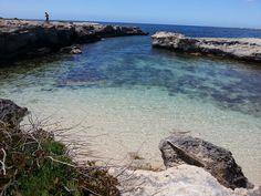 Isola di Favignana - una delle tante micro-spiagge che si incontrano nel variegato perimetro costiero | da Lorenzo Sturiale