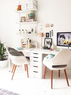 Home office decor is a very important thing that you have to make percfectly in your house. You need to make your home office decor ideas become a very awe Mesa Home Office, Home Office Space, Home Office Desks, Office Furniture, Office Spaces, Small Bedroom Office, Ikea Office, Office Workspace, Small Office