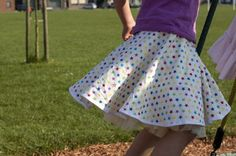 How to circle skirt Diy Clothes Patterns, Sewing Kids Clothes, Sewing For Kids, Baby Sewing, Circle Skirt Pattern, Circle Skirt Tutorial, Skirt Pattern Free, Twirl Skirt, Pretty Dresses