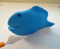 How to make a Finding Dory cake topper • CakeJournal.com Fondant Cake Toppers, Fondant Cakes, Dory Cake, Black Fondant, Edible Glue, Cake Board, Finding Dory, Tutorials