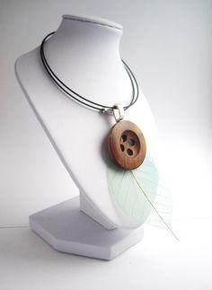 Collier atypique naturel, bouton en bois et plume fine sur tour de cou rigide : Collier par mix-mania