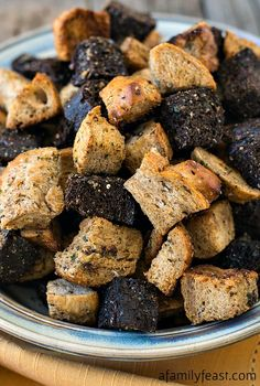 Sunday Cooking Lesson: How to Make Homemade Croutons (So easy - so delicious!) Sunday Cooking Lesson: How to Make Homemade Croutons (So easy - so delicious! Crouton Recipes, Great Recipes, Favorite Recipes, Recipe Ideas, How To Make Dough, Homemade Croutons, Yummy Food, Tasty, Dehydrated Food