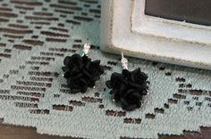 Nero orecchini fiore, fiore fatto a mano gioielli, Orecchini floreali, piccolo fiore palla orecchini, regalo per lei, rose nere, regalo di compleanno