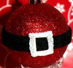 Zelf kerstballen maken: Kerstman buikje - Plazilla.com. met vilt een riempje maken op een rode glitterbal en klaar