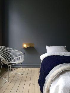 Goudkleurige wandlamp op donkergrijze muur - bekijk en koop de producten van dit beeld op shopinstijl.nl