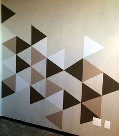 Tem horas que a gente quer uma parede diferente em casa e só pintá-la com uma cor diferente não resolve né? Aí você parte pro papel de parede, mas não encontra uma estampa que te agrade. A solução? Faça sua própria arte na parede. Eu optei em fazer alguns triângulos pra dar uma modernizada em […]