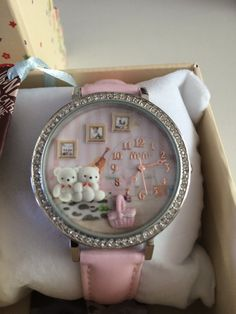 En dit was het: Horloge kwam in een schattig doosje met kussentje, Engelse handleiding en garantie en een reserve-batterij. Helemaal geweldig!