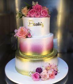 Bolo em chantinho aquarelado com flores naturais 💕😍 #bolochantininho #chantininho #bolodourado #bolorosa #floresnaturais #cake #cakedesign #cakes #caketopper #mercierconfeitaria #cakelover #cakeart #joaopessoa #boloaquarelado Beautiful Cake Designs, Beautiful Wedding Cakes, Gorgeous Cakes, Pretty Cakes, Champagne Wedding Cakes, Wedding Cake Pearls, Mini Wedding Cakes, Airbrush Cake, Royal Cakes