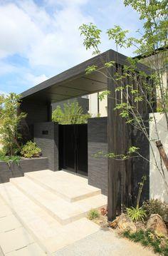 存在感あるエントランスゲート | タカショー施工事例紹介 Grill Gate Design, House Gate Design, Gate House, Bungalow House Design, My Home Design, Roof Design, Fence Design, Modern Entrance, Entrance Gates
