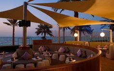 Når mørket falder på, er der mange hyggelige steder i Dubai, hvor du kan se solen gå ned, mens du nyder en kold drink, www.apollorejser.dk/rejser/asien/de-forenede-arabiske-emirater/dubai
