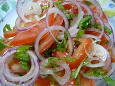 Receita de salada laxante e desintoxicante Everyone knows that salad is a nutritious and supersaudible dish. It is difficult to think of a healthy body without regular consumption of salads. Veggie Recipes, Salad Recipes, Cooking Recipes, Healthy Recipes, Salade Healthy, Good Food, Yummy Food, Portuguese Recipes, Vegetable Salad