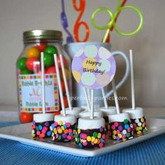 Marshmallow Lollipops...cute and easy to make!  http://www.perfect-parties.com/marshmallow-lollipops.html  #marshmallow, #lollipop, #party