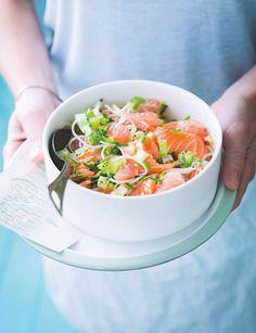 Salade légère au saumon pomelo et konjac220 Kcal par personnePour 4 personnes:400 g de pâtes de konjac  350 g de carpaccio de saumon frais  1 laitue iceberg  2 kiwis  3 pomelos ½ citron  1 bouquet de ciboulette 10 cl de crème liquide allégée  1 c. à s. de graines de pavot  1 c. à c. de moutarde forte  Sel Poivre du moulin Rincez les pâtes de konjac sous l'eau froide. Portez à ébullition une casserole d'eau, retirez du feu, puis versez les pâtes. Couvrez et laissez reposer 5 minutes, puis…