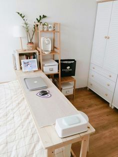 Urban outfiters bedroom - 20 Desk Organization to Arrange Your Personal Space To Be Neater Apartment Bedroom Decor, Bedroom Desk, Home Bedroom, Bedroom Kids, Trendy Bedroom, Bedroom Storage, Urban Bedroom, Desk Storage, Urban Outfiters Bedroom
